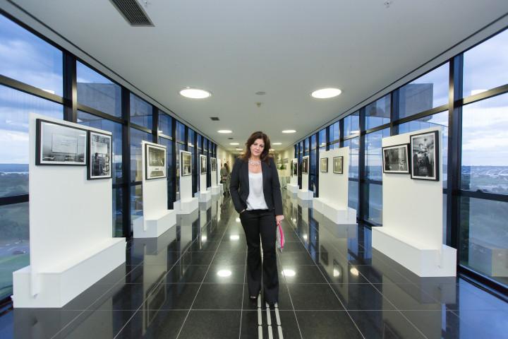 Retrato da Fotógrafa Claudia Martini na Exposição no Lançamento do MPEduc